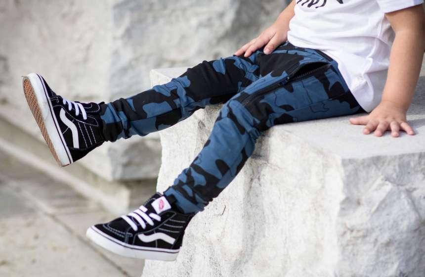 Как выбрать джинсы, штаны и брюки для мальчиков?